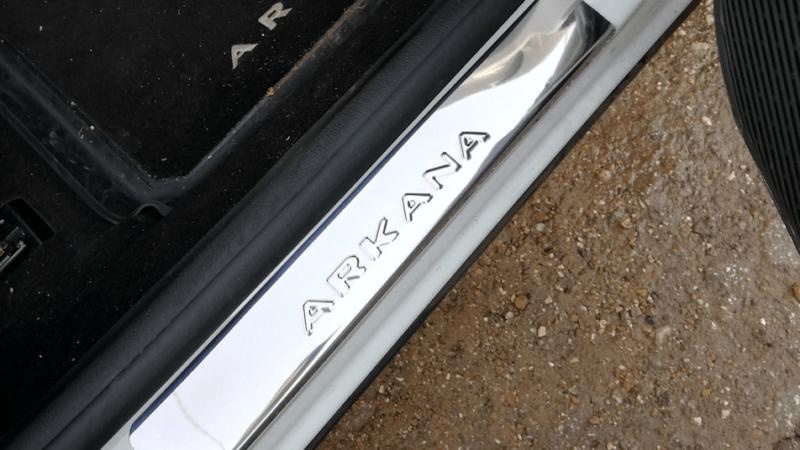 Накладки на пороги Рено Аркана – выбор и установка
